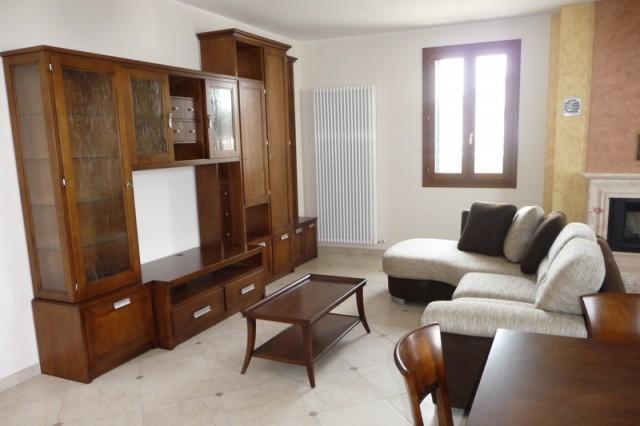 Arredamento soggiorno classico moderno idee arredamento for Arredamento classico bianco